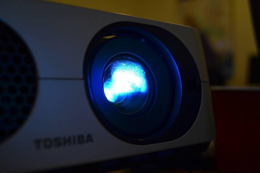 Projektor to wymarzone rozwiązanie dla wszystkich miłośników kina, gier i innych rozrywek, które można z powodzeniem wyświetlać na dużym ekranie czy na ścianie.