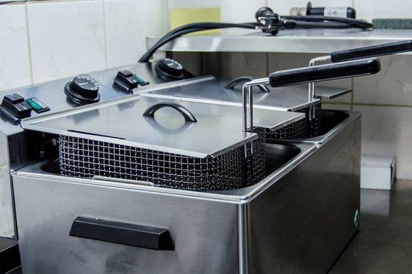 Frytownica kuchenna na wyposażeniu restauracji. Urządzenie profesjonalne.