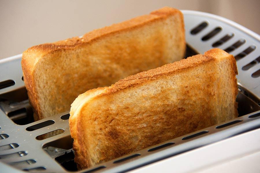 Tosty z tostera to idealne urozmaicenie każdego posiłku. Dzięki tosterowi lub opiekaczowi możesz przyrządzić je bardzo szybko.
