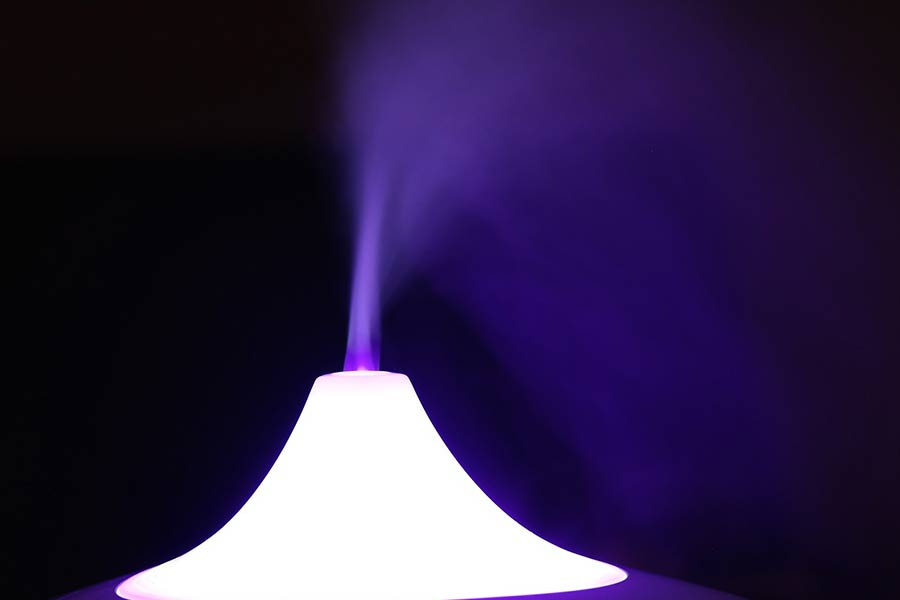 Praca nawilżacza powietrza. Jest to zazwyczaj urządzenie bardzo ciche. Dodatkowo możemy dodać aromat, jakim chcemy, aby nasze nawilżone powietrze pachniało.