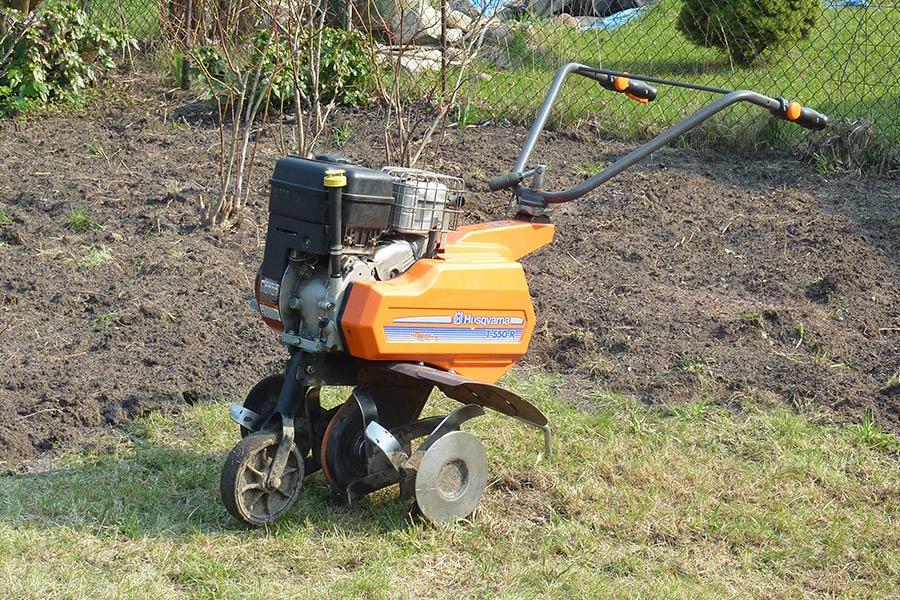 Glebogryzarka Husqvarna - starszy model glebogryzarki. Solidne urządzenie idealnie sprawdza się podczas pielęgnacji trawnika.