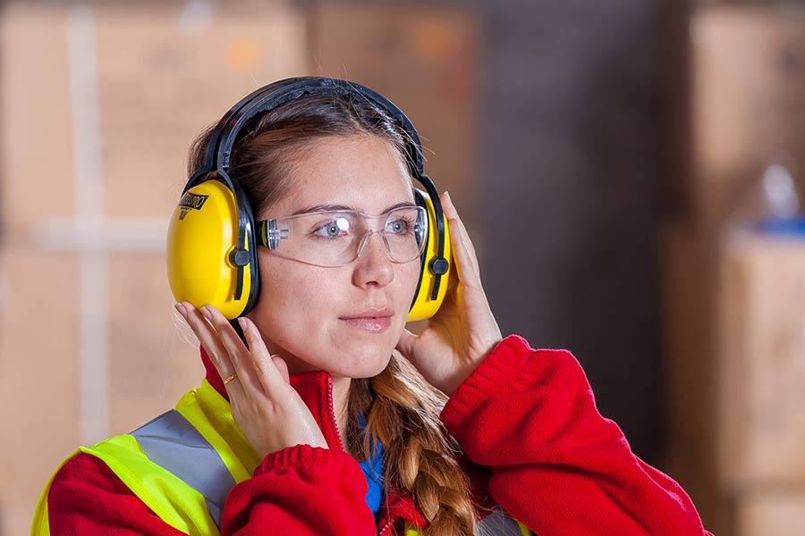 Goggle ochronne. Okulary ochronne to akcesoria wymagane przy wykonywaniu większości prac ogrodowych, w których biorą udział maszyny.