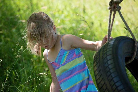 Huśtawka ogrodowa z opony. Jeszcze dosyć popularna w Polsce. Niestety równie niebezpieczna dla dziecka co popularna.