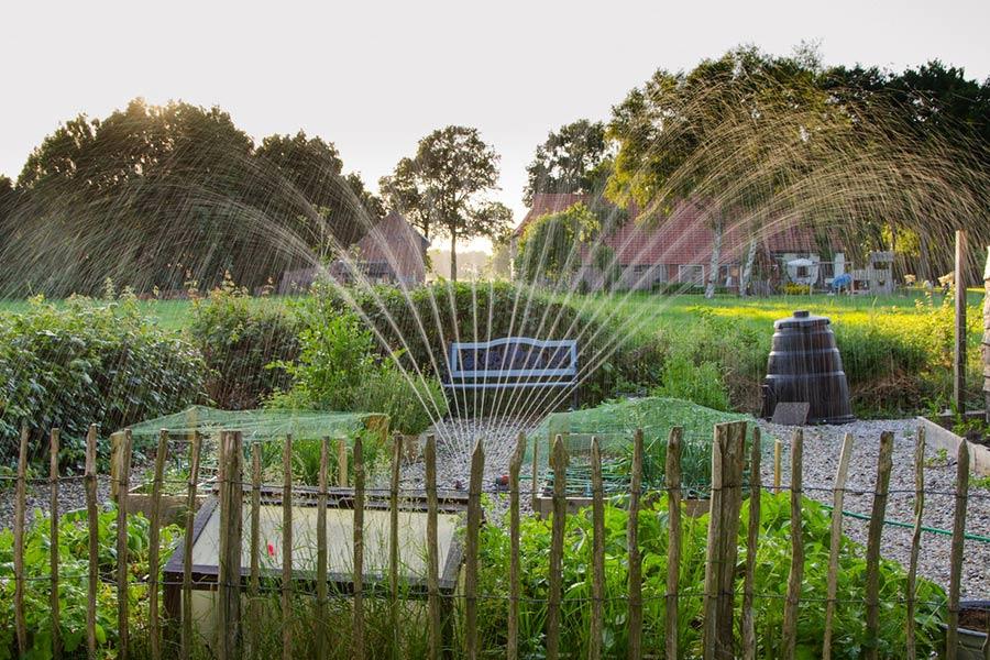 Hydrofor - przydaje się np. jeżeli chcemy zainstalować w naszym ogrodzie system zraszaczy z automatycznym podlewaniem. Jest on w stanie dostarczyć wodę pod ciśnieniem do wielu zraszaczy w jednym momencie.