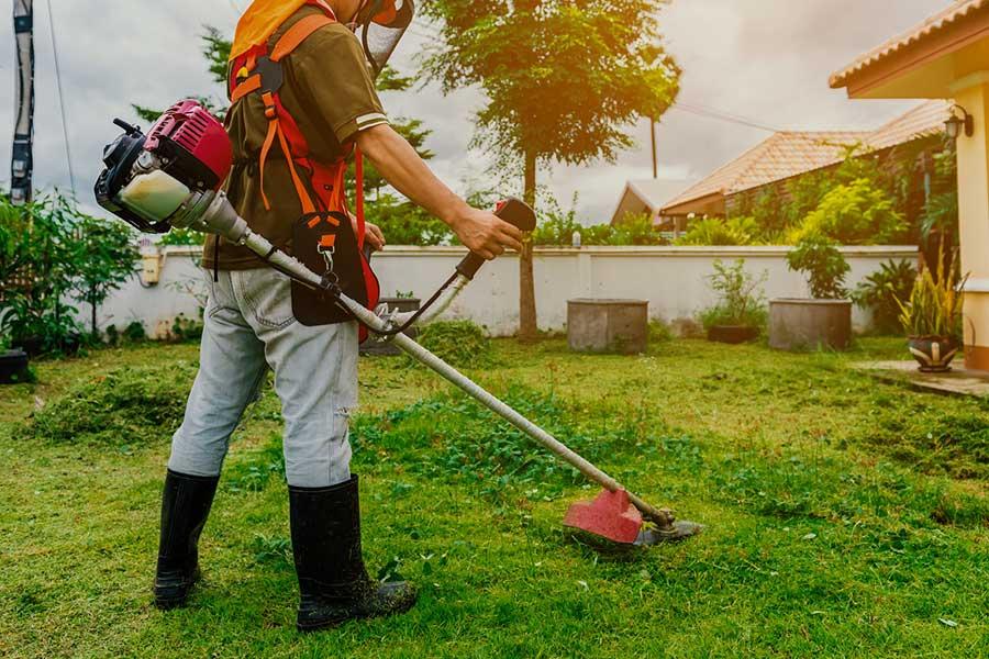 Kosa spalinowa przydaje się do koszenia gęstej oraz długiej trawy, chwastów i innych miejsc, w których zwykła podkaszarka czy kosiarka nie daje rady.