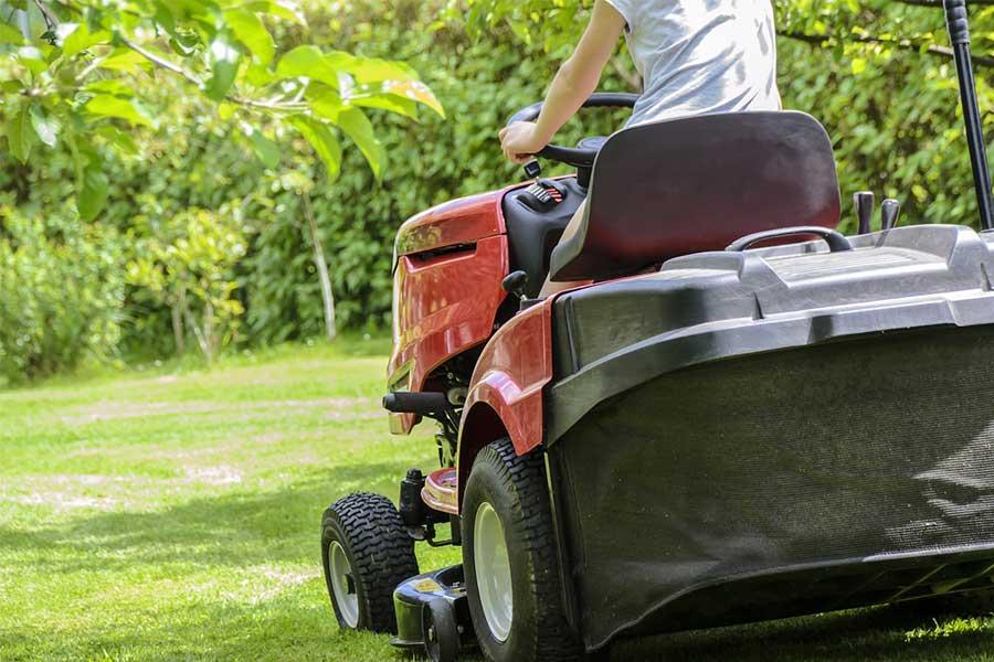 Kosiarka - traktorek. Idealnie sprawdza się przy koszeniu większych połaci terenu. Można jej także używać jako ciągnika, a zimą jako odśnieżarki (jeżeli posiada taką funkcję).
