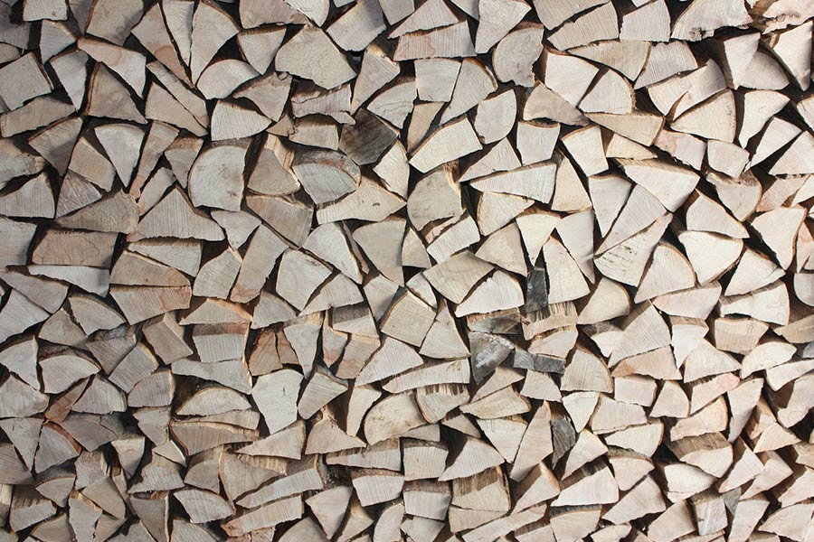 Drewno rozłupane za pomocą łuparki do drewna.