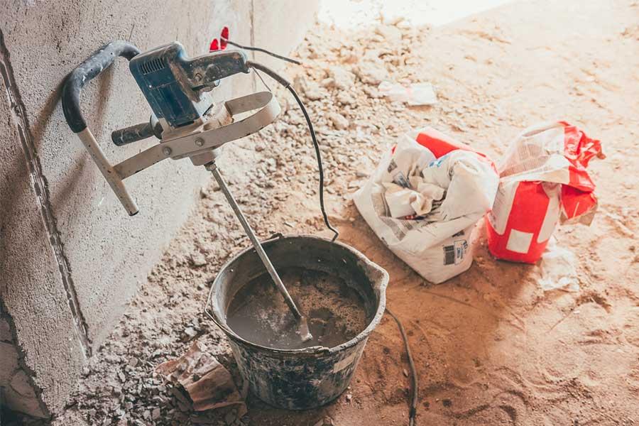 Mieszarka do zaprawy. Można jej także używać do mieszania farb, lakierów czy cementu. Nieprzywieralna warstwa na mieszadle sprawia, że sprzęt jest łatwy w konserwacji i użytkowaniu.