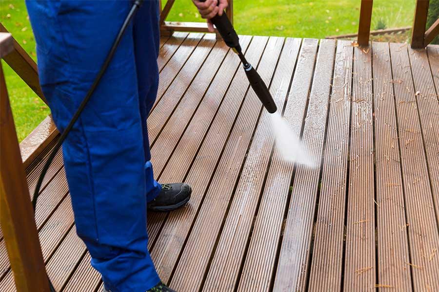 Myjka ciśnieniowa z dyszą wysokiego ciśnienia. Idealnie sprawdza się do mycia tarasu, kostki czy nawet elewacji oraz dachu budynku. W połączeniu z pianownicą idealnie można umyć także swoje auto.