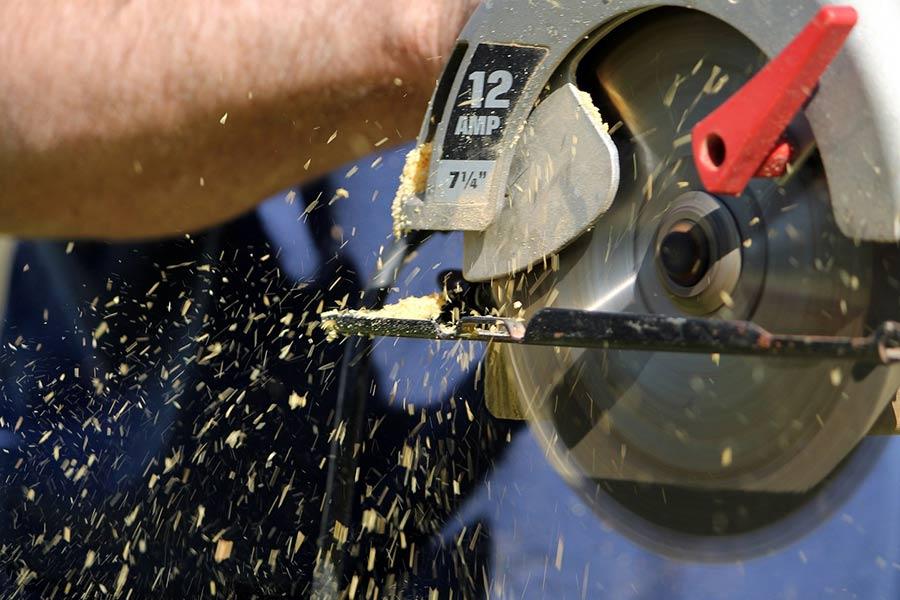 Pilarka elektryczna ręczna podczas pracy.