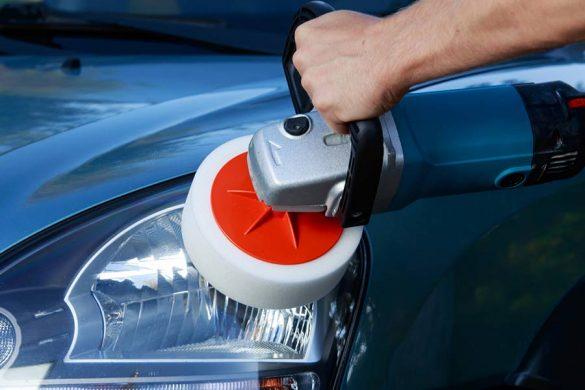 Polerka idealnie sprawdza się w auto detailingu. Można nią bezpiecznie polerować samochód. Jednak to nie jedyne jej przeznaczenie. Zależy ono głównie od rodzaju tarczy, więc może ona mieć nieskończenie wiele zastosowań.