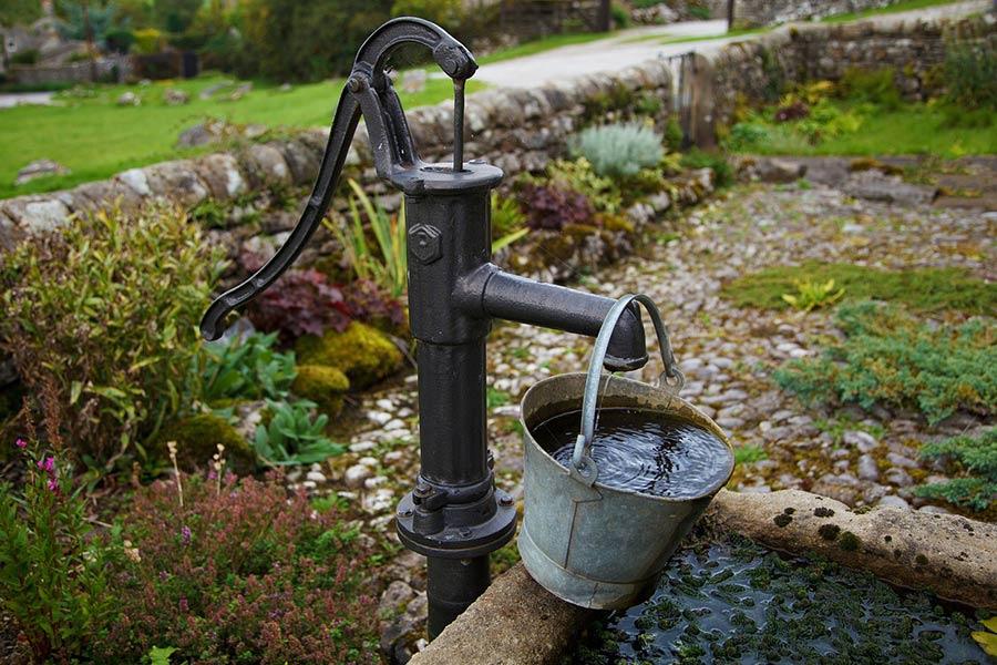 Ogrodowa pompa do wody w starym stylu. Jest to rodzaj pompy ręcznej. Oprócz ręcznych istnieją również pompy do wody elektryczne oraz spalinowe.
