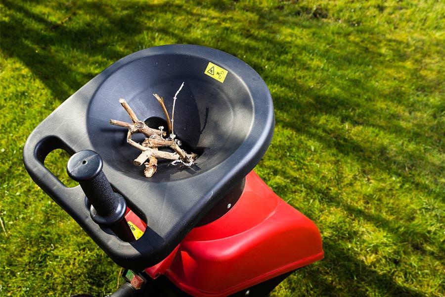 Rozdrabniarka ogrodowa do gałęzi. Idealnie sprawdza się podczas robienia porządków w ogrodzie. Sieka i rozdrabnia gałęzie, które dzięki temu zajmą mniej miejsca.