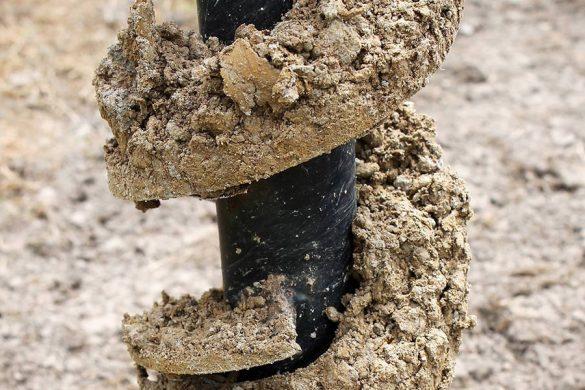 Świder glebowy ręczny. Idealnie sprawdza się przy pracach w ogrodzie. Oprócz tego rodzaju występują jeszcze wiertnice spalinowe, które przeznaczone są do cięższych prac.