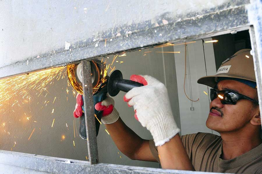 Szlifierka kątowa Bosch o średnicy tarczy 125mm. Podczas używania szlifierki kątowej należy pamiętać o odzieży ochronnej - rękawicach oraz okularach.