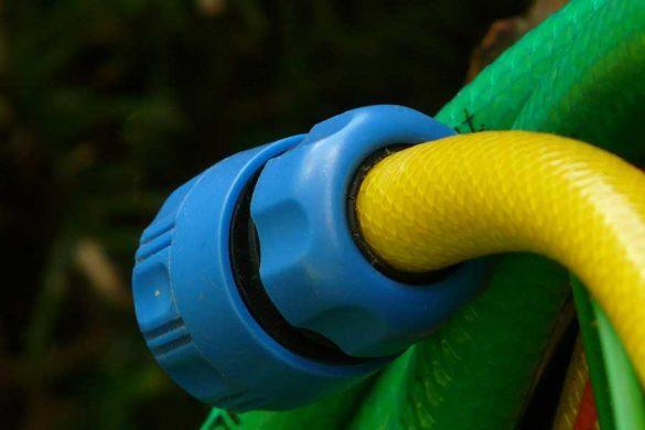 Wąż ogrodowy z założoną końcówką. Niezwykle ważne jest poprawne mocowanie wszystkich urządzeń oraz łączenie węży ogrodowych. Należy do końca odciągnąć obręcz złączki, nasadzić końcówkę lub np. pistolet do podlewania a następnie puścić obręcz.