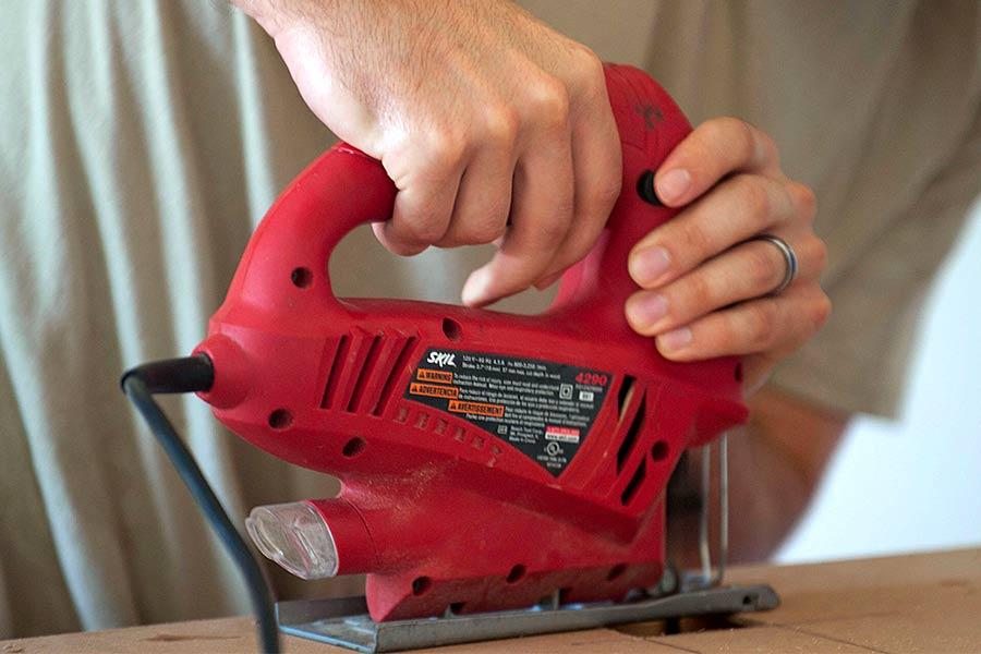 Wyrzynarka marki Skill, marki podległej pod Bosch - narzędzie dla początkujących do zastosowania w głównie w domu.