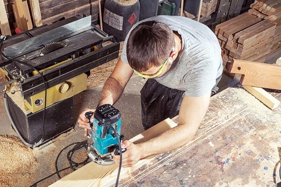 Frezarka do drewna idealnie sprawdza się w warsztatach stolarskich oraz jest również sprzętem często wybieranym przez domorosłych majsterkowiczów.