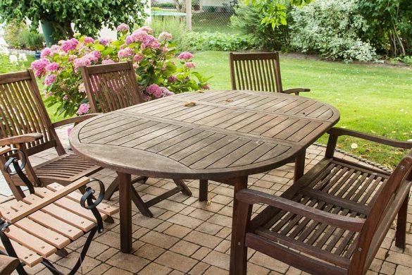 Stół ogrodowy powinien być solidny, mocno stać na nogach oraz być stabilny.